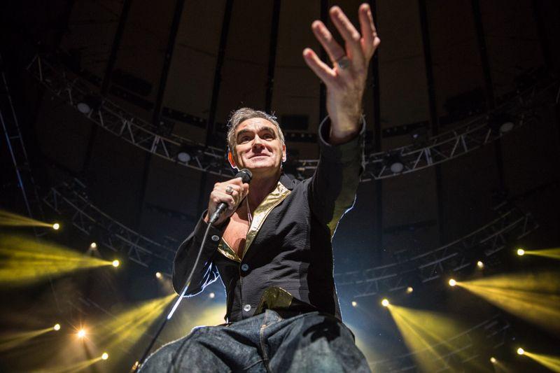 Morrissey annulla i concerti in Italia: sono stato minacciato con una pistola