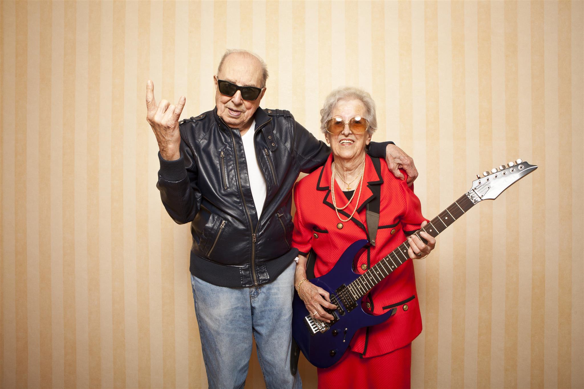 Due anziani scappano dall'ospizio per assistere ad un concerto heavy metal